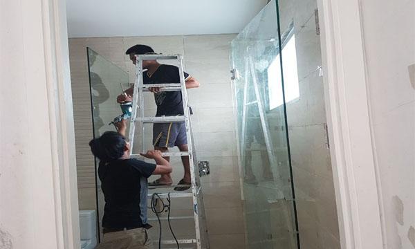 Pemasangan partisi kaca untuk kamarmandi di salah satu perumahan